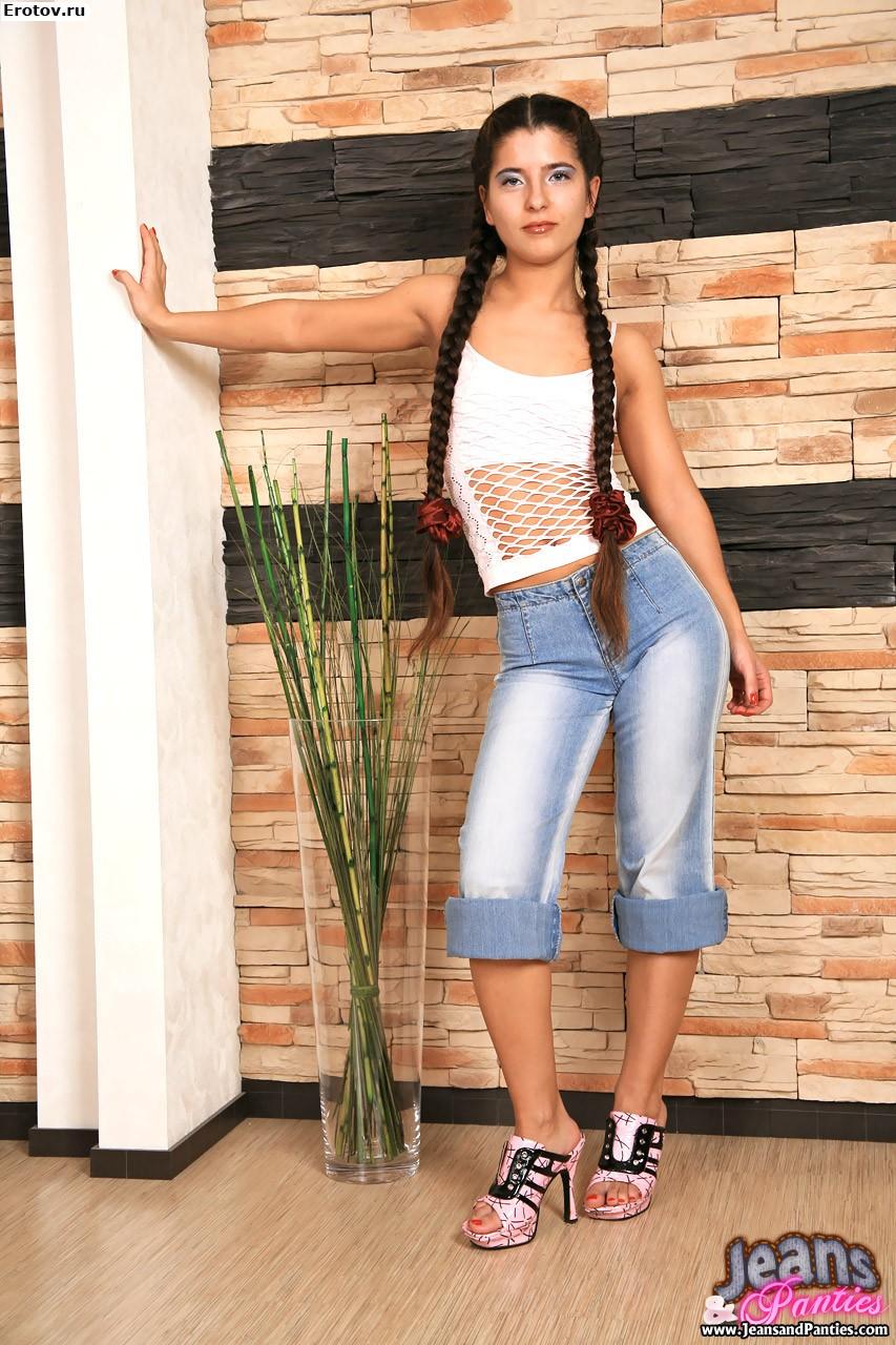 Студентка в джинсах 11 фотография