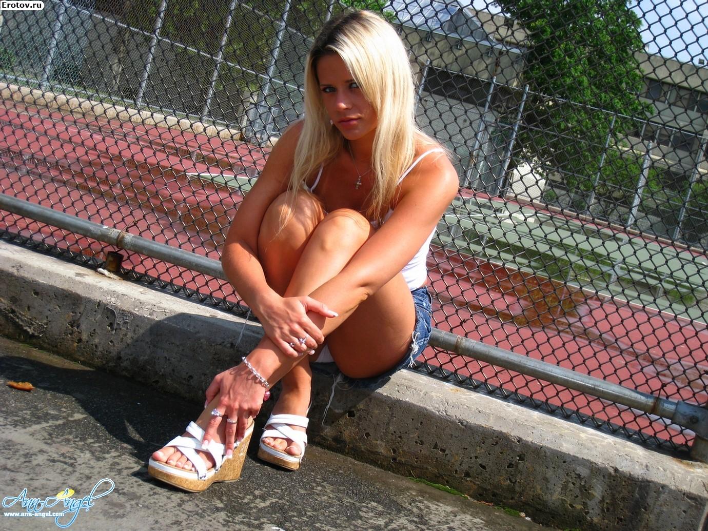 Студентка без трусов под юбкой 23 фотография