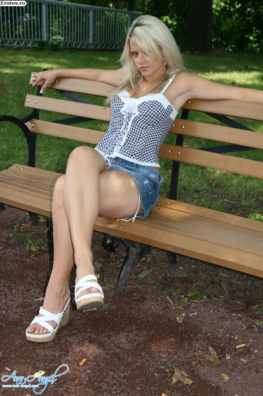 У девушек под юбкой видны белые трусики 16 фотография