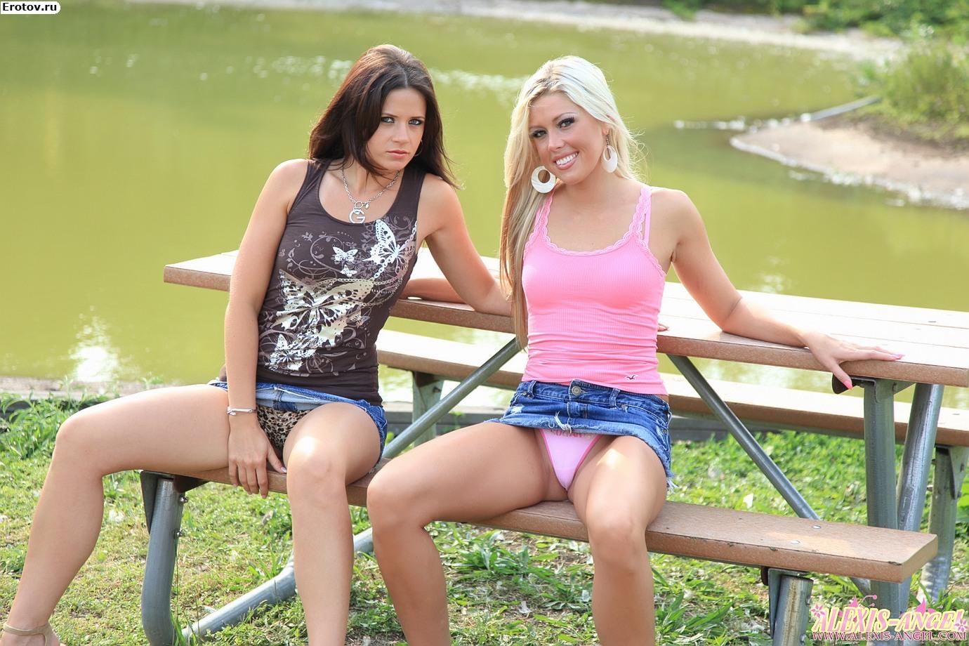 Трусики засветы сидя на скамейке
