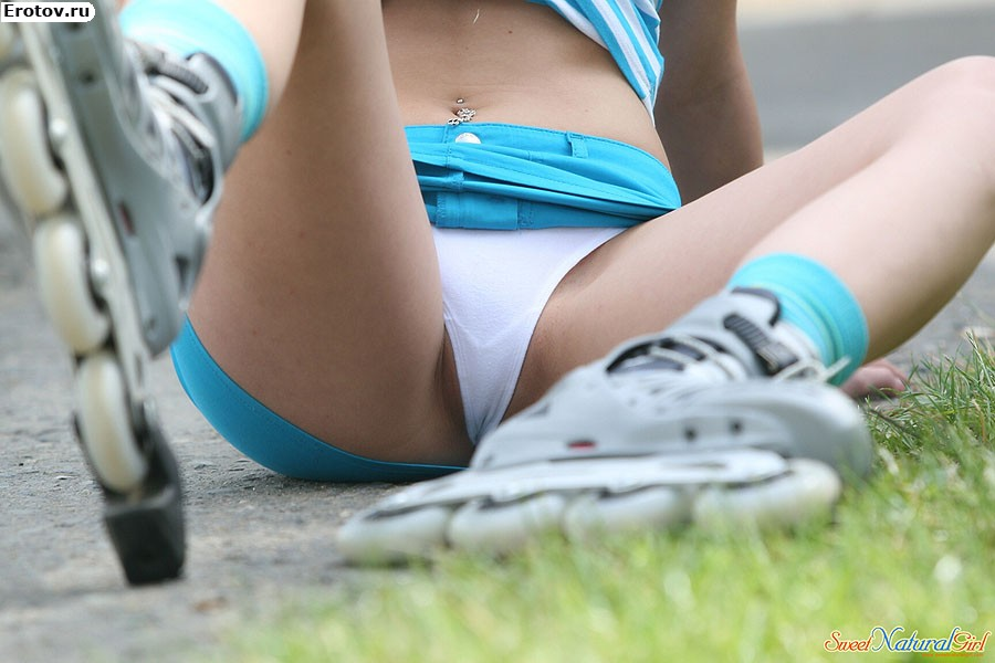 Девки раздвинули ноги под юбкой видно все фотографии